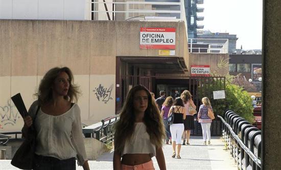 cantabria lidera el descenso interanual del paro en marzo